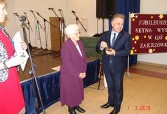 Na zdjęciu Starosta Kraśnicki Krzysztof Staruch wręcza odznakę Zasłużony dla Kultury Polskiej Pani