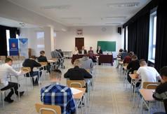 Na zdjęciu uczniowie piszący test z wiedzy o Monte Cassino.