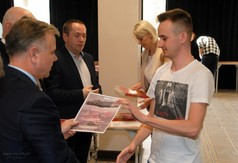 Na zdjęciu Krzysztof Staruch Starosta Kraśnicki wręczający dyplom za udział w konkursie Monte Cassin