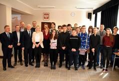 Na zdjęciu Andrzej Bownik - p.o. Dyrektor ZS nr 2 w Kraśniku, Ryszard Piórkowski - Wicedyrektor oraz K