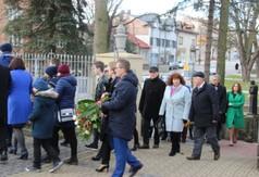 Przemarsz uczestników uroczystości związanych z 74. rocznicą śmierci ks. Stanisława Zielińskiego d