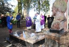 Na zdjęciu Anna Baluch Radna Sejmiku Województwa Lubelskiego, która składa wiązankę w imieniu Jaros