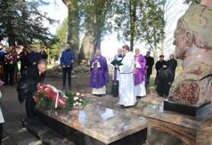 Na zdjęciu Starosta Kraśnicki Krzysztof Staruch, który składa wieniec pod pomnikiem Śp ks. Stanisła