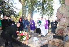 Na zdjęciu Burmistrz Miasta Kraśnik, który składa wieniec pod pomnikiem Śp ks. Stanisława Zielińsk