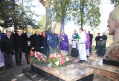 Na zdjęciu Burmistrz Miasta Kraśnik wraz z radnymi z Rady Miasta Kraśnik, którzy składają pokłon �