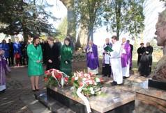 Na zdjęciu delegacja Prawa i Sprawiedliwości, która składa wieniec pod pomnikiem Śp ks. Stanisława