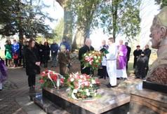 Na zdjęciu delegacja, która składa wieniec pod pomnikiem Śp ks. Stanisława Zielińskiego.