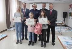 Wspólne zdjęcie ze zwycięzcami konkursu Bezpieczna zima 2019.