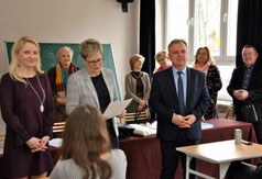 Na zdjęciu od lewej kierownik Wydziału Promocji Katarzyna Michalczewska, nauczycielka geografii z Zespo