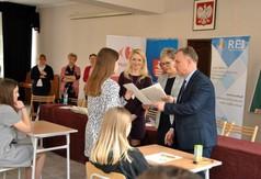 Na zdjęciu Starosta Kraśnicki Krzysztof Staruch wręczający dyplom uczestniczce Powiatowego Konkursu G