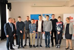 Na zdjęciu Starosta Kraśnicki Krzysztof Staruch, nauczyciele z  Zespołu Szkół nr 2 w Kraśniku oraz