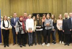 """Na zdjęciu uczestnicy Powiatowego Konkursu Krajoznawczego """"Czy znasz swój region?""""oraz Wicestarosta"""