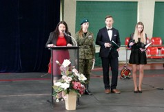 Na zdjęciu Dyrektor Zespołu Szkół Nr 3 Aneta Jabłońska-Ośka przemawiająca podczas Dnia Patrona w