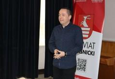 Na zdjęciu  p.o. Dyrektora Zespołu Szkół nr 2 w Kraśniku Andrzej Bownik przemawiający podczas III e