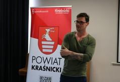 Na zdjęciu instruktor kulturystyki i fitness Przemysław Walaszczyk przemawiająca podczas III edycji po
