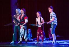 Na zdjęciu Koło Teatralne ALTER EGO podczas przedstawienia O rycerzu, o koniu i ....