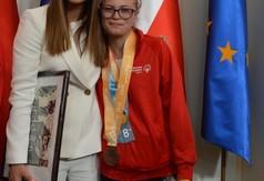 Na zdjęciu prezes Olimpiad Specjalnych Anna Lewandowska i uczestniczyła uczennica SOSW w Olbięcinie Ma