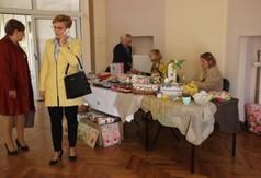 Na zdjęciu Starosta Kraśnicki Andrzej Rolla wita się z wystawcami podczas Wielkanocnego Kiermaszu Ręk