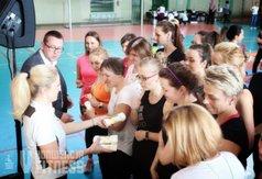 Na zdjęciu Wicestarosta Kraśnicki rozdający upominki ćwiczącym podczas V Konwencji Fitness