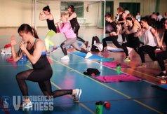 Natalia Gacka prowadziła trening nie tylko ze sceny. Sprawdzała poprawność wykonywanych ćwiczeń prz