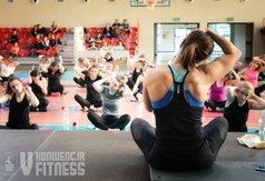 Nie obyło się również bez ćwiczeń rozciągających i rozluźniających mięśnie. Na zdjęciu kobie