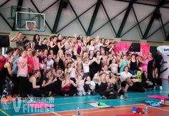 Zdjęcie grupowe miłośników fitnessu z gościem specjalnym - Natalią Gacką