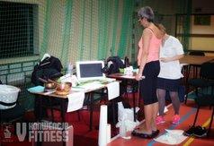 Zdjęcie przedstawia jedną z Pań podczas badania składu masy ciała
