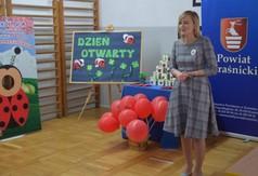 Na zdjęciu dyrektor Zespołu Szkół nr 4 im. Ks. Jana Twardowskiego Anna Stolarska.