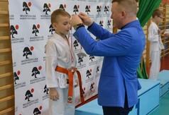 Na zdjęciu członek Zarządu Powiatu w Kraśniku wręczający medal zawodnikowi drugiej edycji Wojewódz