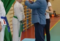 Na zdjęciu Wicestarosta Kraśnicki Karol Rychlewski wręczający medal zawodnikowi drugiej edycji Wojew�