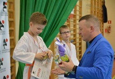 Na zdjęciu członek Zarządu Powiatu w Kraśniku wręczający puchar zawodnikowi drugiej edycji Wojewód