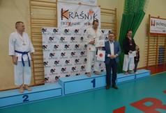 Na zdjęciu Wicestarosta Kraśnicki Karol Rychlewski oraz zawodnicy  drugiej edycji Wojewódzkiej Ligii K