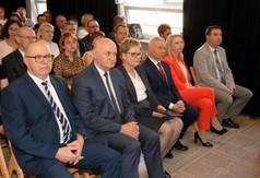 Na zdjęciu Starosta Kraśnicki Andrzej Rolla, Dyrekcja ZS nr 2 w Kraśniku oraz społeczność szkolna.