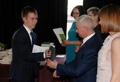 Na zdjęciu Starosta Kraśnicki Andrzej Rolla wręcza uczniowi ZS nr 2 w Kraśniku nagrodę za szczególn