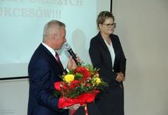 Na zdjęciu Starosta Kraśnicki Andrzej Rolla przemawiający podczas zakończenia klas III w ZS nr 2 w Kr