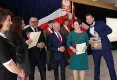 Dyrekcja ZS nr 3 w Kraśniku, Starosta Kraśnicki oraz uczeń z rodzicem.