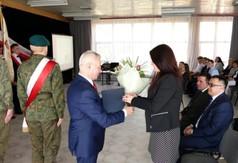Starosta Kraśnicki Andrzej Rolla wręczający kwiaty Dyrektor ZS nr 3 w Kraśniku Anecie Jabłońskiej-