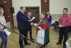 Na zdjęciu Starosta Kraśnicki Andrzej Rolla, Burmistrz Urzędowa Paweł Dąbrowski wręczający dyplom