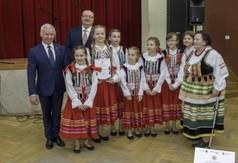Na zdjęciu Starosta Kraśnicki Andrzej Rolla, Burmistrz Urzędowa Paweł Dąbrowski oraz uczestnicy 53.