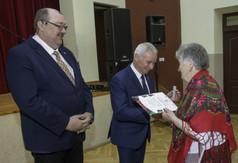 Na zdjęciu Burmistrz Urzędowa Paweł Dąbrowski, Starosta Kraśnicki Andrzej Rolla wręczający dyplom