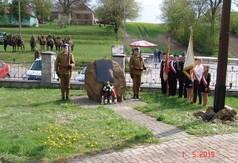 Na zdjęciu obelisk upamiętniający ofiary II wojny światowej z terenu Studzianek oraz uczestnicy.
