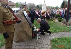 Na zdjęciu członek Zarządu Powiatu Kraśnickiego Tomasz Mularczyk składający wieniec pod obeliskiem