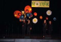 Na zdjęciu uczestniczki XX Powiatowego Przeglądu Twórczości Artystycznej Przedszkoli, Szkół Podstaw