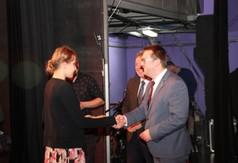 Na zdjęciu Wicestarosta Kraśnicki Karol Rychlewski wręczający dyplom laureatce XX Powiatowego Przegl�