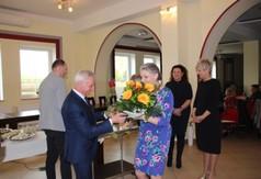 Na zdjęciu Starosta Kraśnicki Andrzej Rolla wręczający kwiaty Dyrektor Miejskiej Biblioteki Publiczne