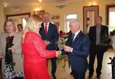 Na zdjęciu Starosta Kraśnicki Andrzej Rolla wręczający różę przedstawicielce instytucji kultury z