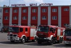 Na zdjęciu budynek Państwowej Straży Pożarnej w Kraśniku oraz samochody strażackie.