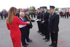 Na zdjęciu Starosta Kraśnicki Andrzej Rolla wręczający strażakom medale.