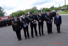 Na zdjęciu uhonorowani strażacy wraz ze Starostą Kraśnickim Andrzejem Rollą.