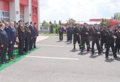 Na zdjęciu uczestnicy spotkania oraz maszerujący strażacy.
